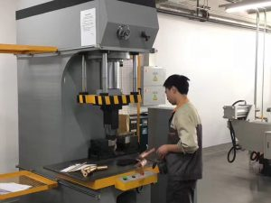 Japonijos klientų testavimo hidraulinė spaudos mašina mūsų gamykloje